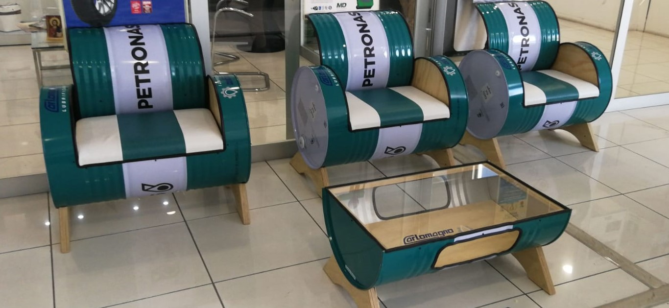 Idee arredamento con fusti olio Petronas - poltrone e tavolino per sala d'attesa