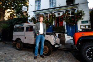 Jim Ratcliff, CEO Ineos davanti al pub The Grenadier di Londra